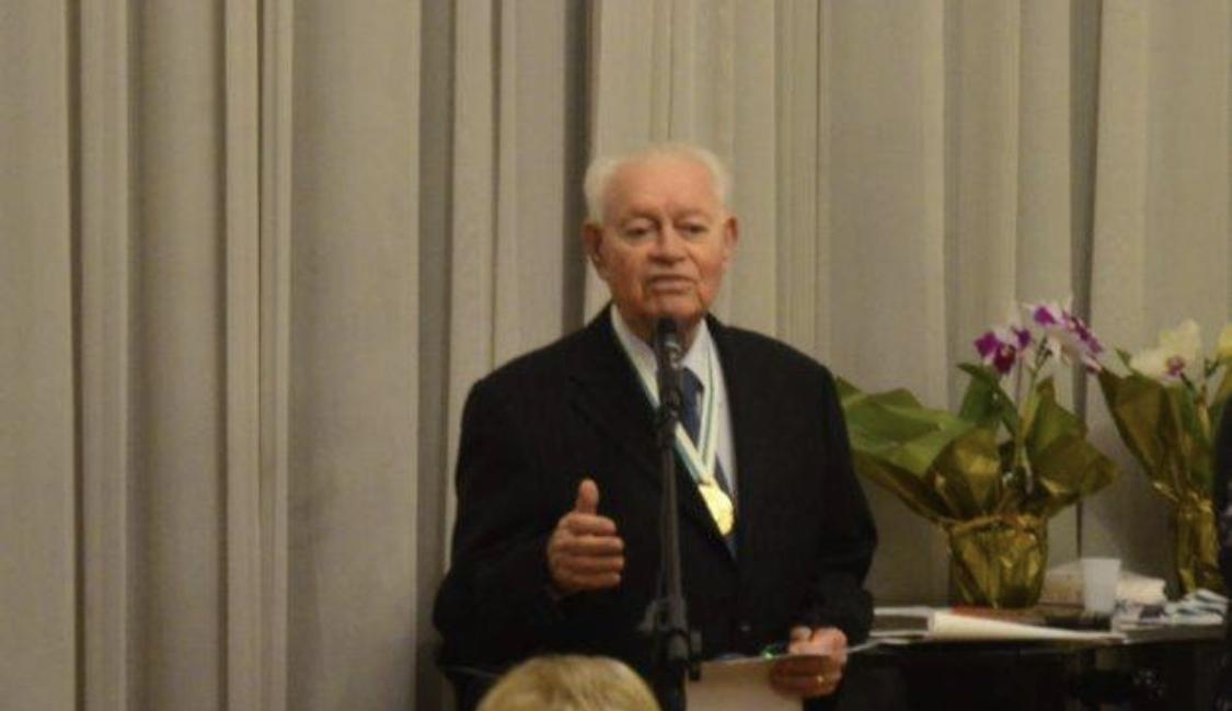 Acadêmico Carlos Adauto recebe homenagem